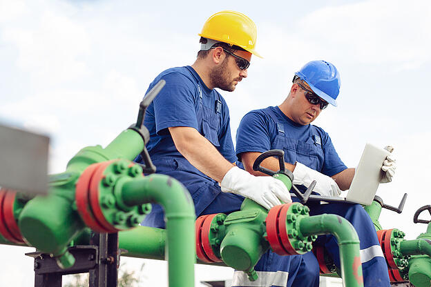 Engineer in the oil and natural gas field-pipeline-refinery